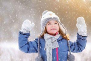 ребенок в зимней шапаке, ребенок зимой в теплых варежках