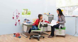 письмовий стіл, дитина за письмовим столом,