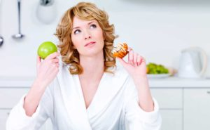 Відчуваєте себе розбитими і втомленими? Можливо, вам не вистачає важливих мінералів і вітамінів. Ознайомтеся з продуктами, які принесуть користь імунітету, шкірі, волоссю - і додадуть енергійності в холодну пору року. Щоб бути більш культурними та енергійними, завжди красивими і здоровими, частіше ставте на свій стіл продукти з цього списку. Банани. Ці фрукти є буквально незамінним джерелом енергії. Банани миттєво задовольняють потребу вашого організму в простих вуглеводах, насичують його калієм, дефіцит якого, між іншим, викликає фізичну слабкість. А ще банани сприяють виробленню гормону щастя в нашому організмі. Сочевиця. Сочевиця багата амінокислотами, білками, клітковиною, мінералами і вітамінами. Вживаючи цей вельми корисний продукт замість рису і макаронів, ви зовсім скоро станете відчувати себе набагато краще. Сочевиця допомагає налагодити обмін речовин, попереджає появі дрібних висипань, а також покращує колір шкіри. Грецькі горіхи. Волоські горіхи - це один з кращих джерел рослинного білка. Завдяки омега-3 жирним кислотам вони дуже корисні для мозку. Так що варто обов'язково включити в свій щоденний раціон жменю волоських горіхів. А ще горіхи впливають на здоров'я шкіри і волосся - шевелюра стане густою і красивою, а на обличчі ще довгі роки не будуть з'являтися зморшки. Кокосова вода. Кокосова вода часто використовується в якості натурального енергетика. Вона містить лауринову кислоту, калій і інші життєво необхідні вітаміни і мінерали. Також в кокосовій воді міститься мала кількість цукру, натрію і жиру. Смузі з фруктів і овочів. Поєднавши йогурт, яблука, зелень або інші улюблені фрукти, ви отримаєте смачний напій, який зарядить вас енергією на цілий день. Режим харчування більшості з нас складається з випитої на ходу чашки кави з ранку, перекусу в обід і ситної вечері наприкінці дня. Таке харчування провокує проблеми з шлунково-кишковим трактом, виникнення зайвої ваги, стресів, розсіяної уваги і хронічного занепаду сил. Але для того, щоб добре себе почув