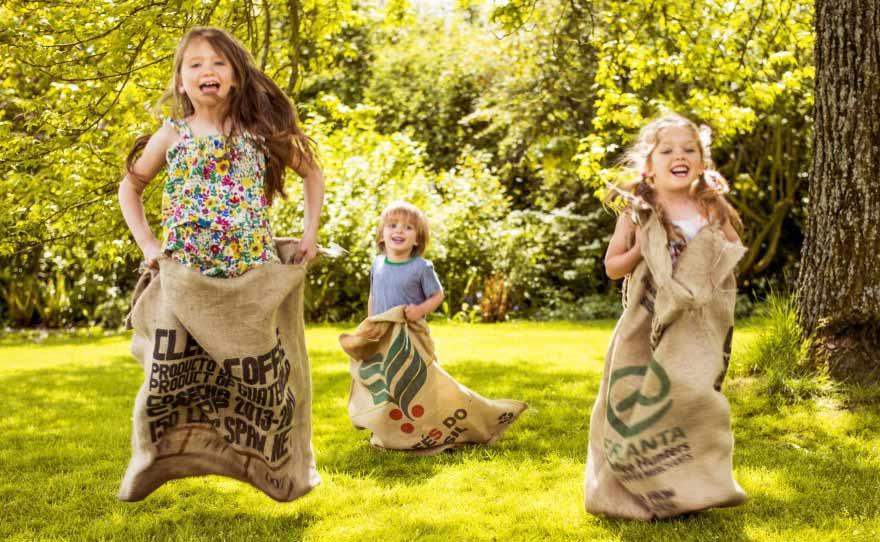 Діти граються на природі